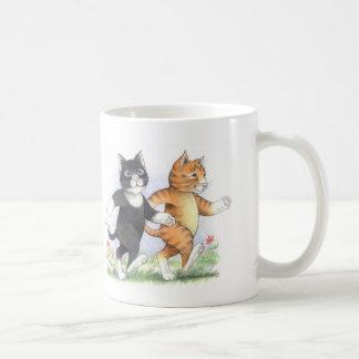 Los gatos accionan la taza clásica que camina