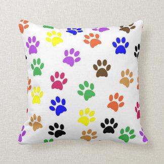 Los gatos coloridos remontan - la almohada de las