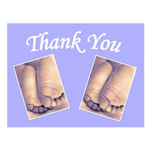 Los gemelos del bebé los pequeños pies le agradece tarjeta postal