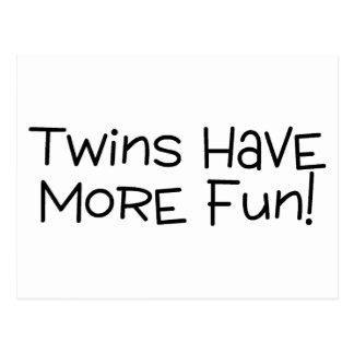 Los gemelos se divierten más postal