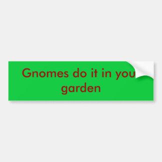 Los gnomos lo hacen en su jardín pegatina para coche