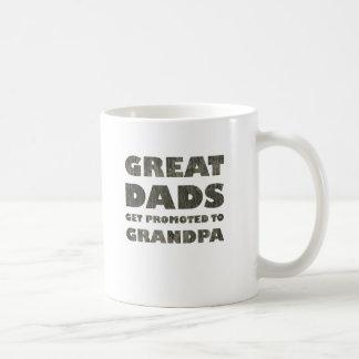 Los grandes papás consiguen promovidos (el grunge) taza de café
