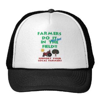 Los granjeros lo hacen en el campo gorro