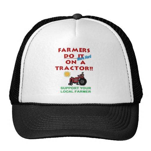 Los granjeros lo hacen en un tractor gorros bordados