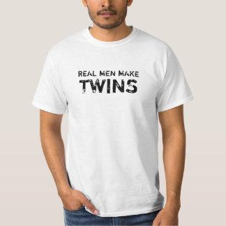 Los hombres reales blancos hacen a gemelos camiseta