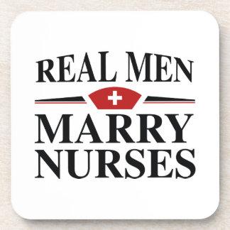 Los hombres reales casan a enfermeras posavasos