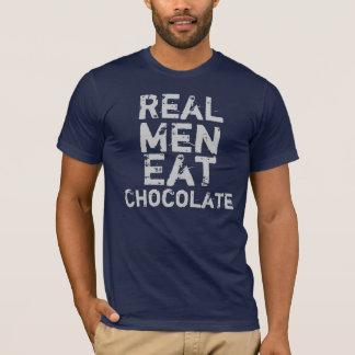 Los hombres reales comen el chocolate camiseta