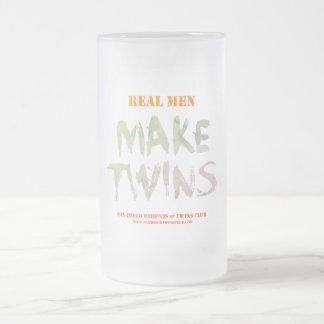 Los hombres reales hacen la taza helada los