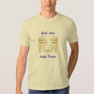 Los hombres reales hacen los gemelos la camisa