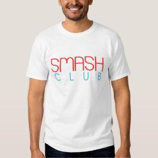 Los hombres rompen la camiseta del logotipo del