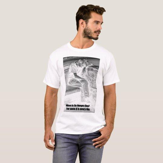 Los hombres van camiseta hambrienta del día