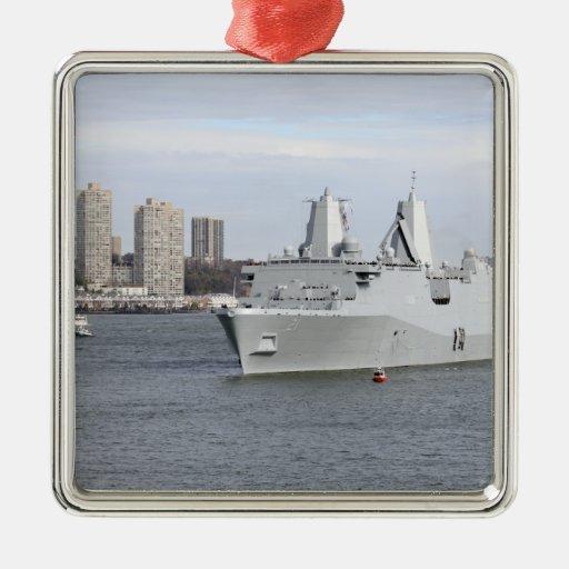 Los infantes de marina y los marineros sirven los  ornamentos para reyes magos