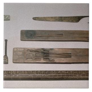 Los instrumentos de un escribano (madera, marfil,  azulejo cuadrado grande