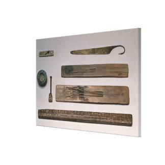 Los instrumentos de un escribano (madera, marfil,  impresión en lienzo