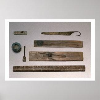 Los instrumentos de un escribano (madera, marfil,  póster