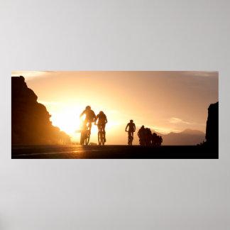 Los jinetes de la bici de montaña hacen su manera póster