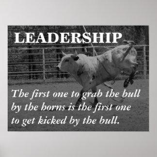 Los líderes verdaderos agarran el toro por los cue póster
