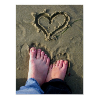 Los Lovebirds hacen el corazón en arena por el océ Póster