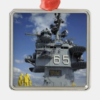 Los marineros del departamento del aire prueban el ornamentos de navidad