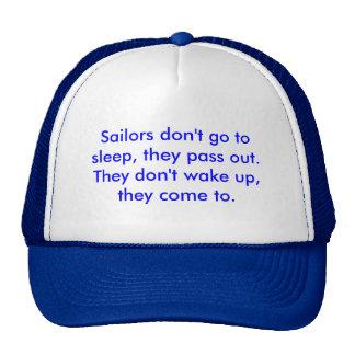 Los marineros no van a dormir, ellos pasan hacia f gorro de camionero