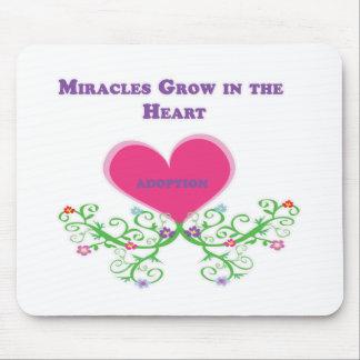 Los milagros crecen en la adopción del corazón alfombrillas de raton