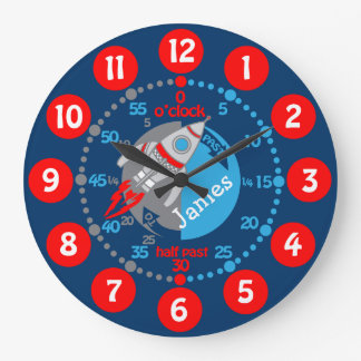 Los muchachos de los niños aprenden decir a tiempo reloj redondo grande