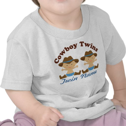 Los muchachos gemelos personalizaron la camiseta d