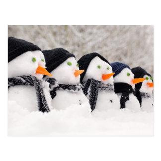 Los muñecos de nieve se cierran para arriba en una postal