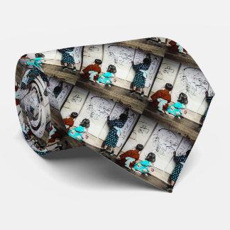 Los niños japoneses que pintan en el papel corbata personalizada