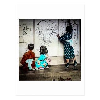 Los niños japoneses que pintan en el papel postal