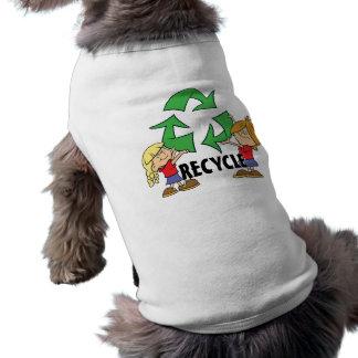 Los niños reciclan ropa para mascota