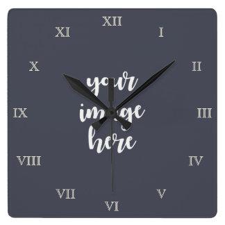 Los números romanos crean su propia plantilla en reloj cuadrado