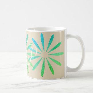 Los ornamentos brillantes de la verde menta añaden taza de café