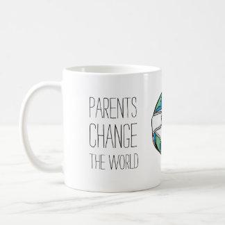 Los padres cambian la taza divertida del mundo