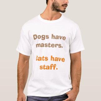 Los perros tienen amos. Los gatos tienen el Camiseta