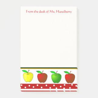 Los profesores coloridos de las manzanas notas post-it®