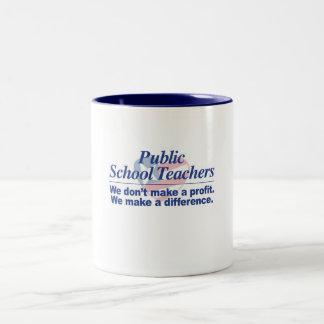 Los profesores de escuela públicos hacen la taza
