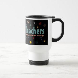 Los profesores hacen los niños la taza de la cuent