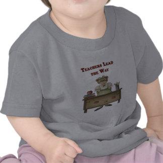Los profesores llevan la manera camiseta