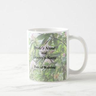 Los rododendros están en productos del boda de la taza de café