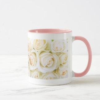 Los rosas blancos de la taza 11oz del amor por