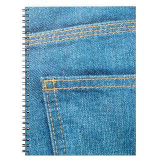 Los tejanos apoyan el cuaderno de bolsillo