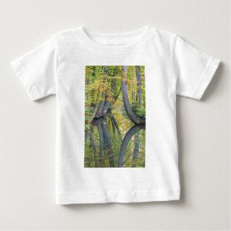 Los troncos de árbol de la caída con la reflexión camiseta de bebé