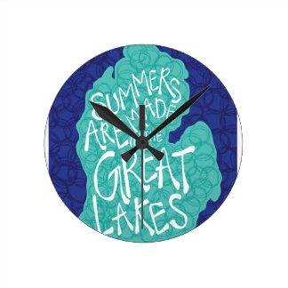 Los veranos se hacen en los Great Lakes - delantal Reloj Redondo Mediano