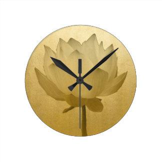 Lotus de oro reloj redondo mediano