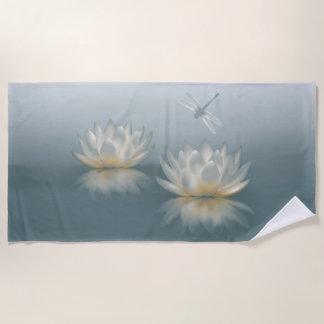 Lotus y toalla de playa de la libélula