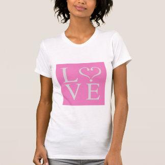 Love corazón abierto en gris sobre fondo rosa camiseta