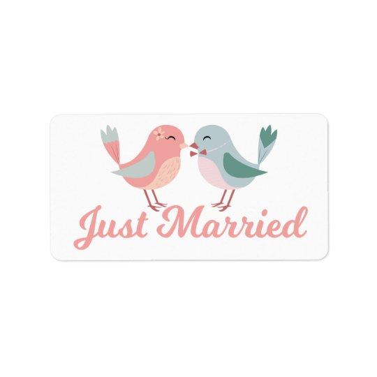 Lovebirds casados del rosa apenas que casan la etiquetas de dirección
