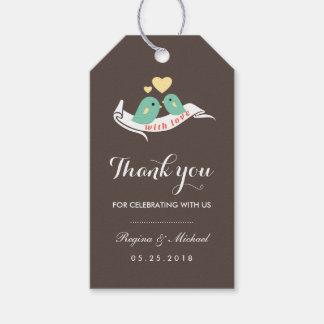 Lovebirds lindos con la pequeña etiqueta del etiquetas para regalos