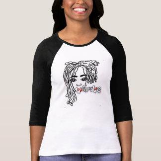 Lovinmylocs con la camiseta de la manga del poema